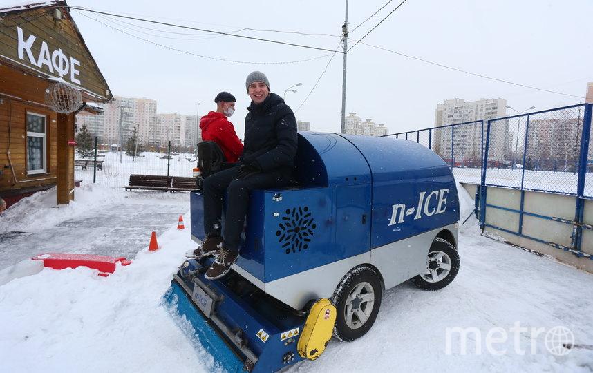 Репортёру Metro в качестве исключения разрешили покататься на лёдозаливочном комбайне. Фото Василий Кузьмичёнок