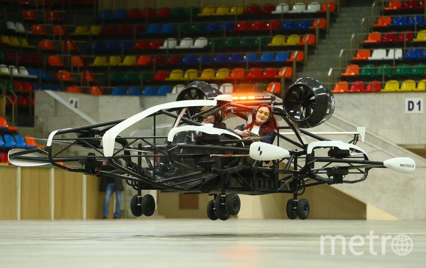 С помощью пульта управления, представляющего собой обычный ноутбук, машина поднялась на несколько метров. Фото Василий Кузьмичёнок
