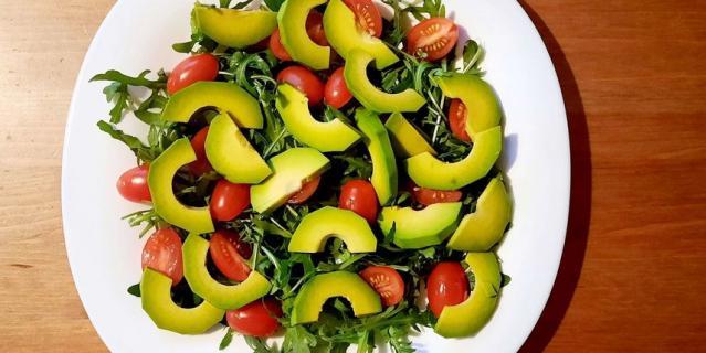 Изысканный салат с рукколой и лососем.