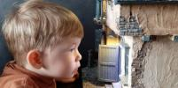 В миниатюрные домики играют взрослые тёти