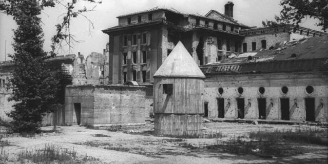 Гитлер совершил самоубийство в своём бункере.