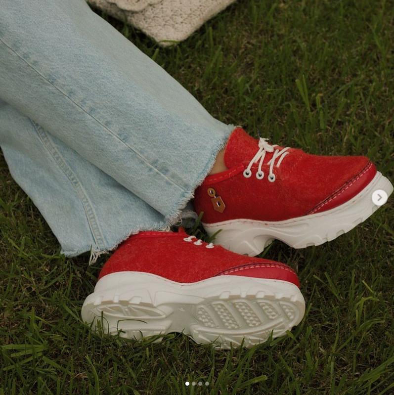 Свалять можно кроссовки, ботфорты и сумки. Фото https://www.instagram.com/ladyswool/