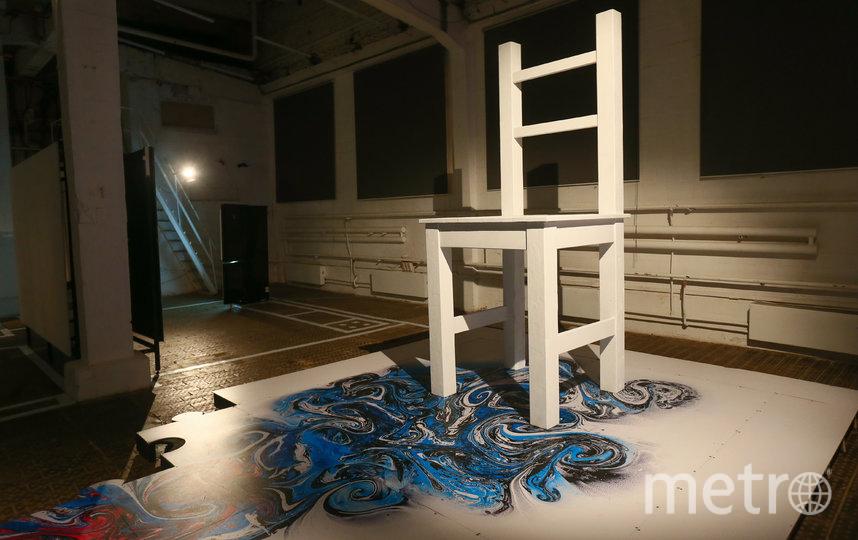 В самом центре квартиры стоит стул-гигант. Фото Василий Кузьмичёнок