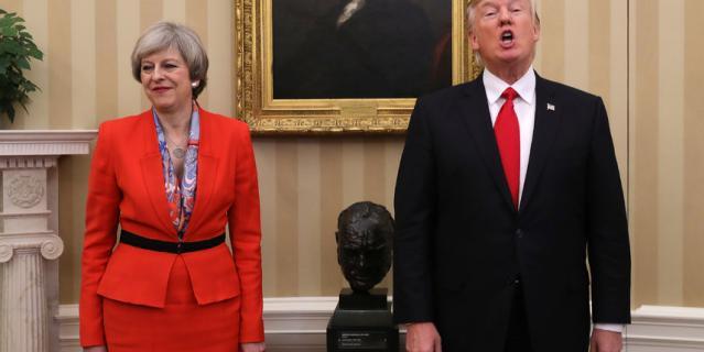 Бюст Черчилля, который стоял в кабинете при Трампе, убрали.