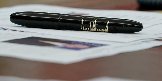 Ручка Дональда Трампа, тоже с его автографом.