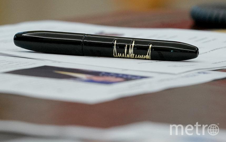 Ручка Дональда Трампа, тоже с его автографом. Фото Getty