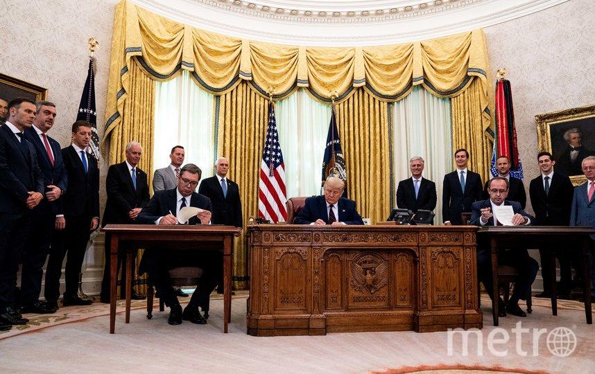 Байден заменил светлый ковёр Трампа на синий, что был при Клинтоне. Фото Getty