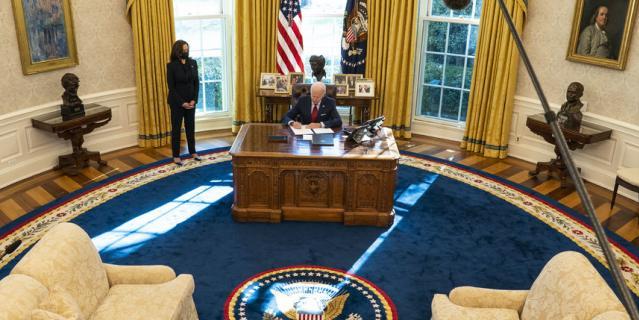 Байден заменил светлый ковёр Трампа на синий, что был при Клинтоне.