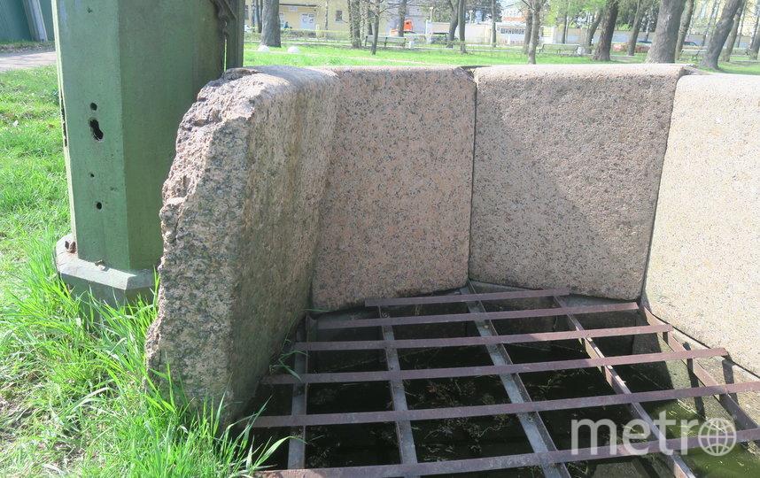 Готический колодец в парке давно не действует и разрушается. Фото КГИОП