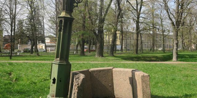 Готический колодец в парке давно не действует и разрушается.
