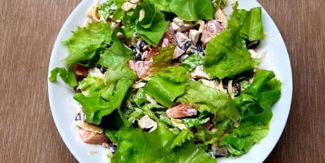 Салат с куриным филе и фасолью.