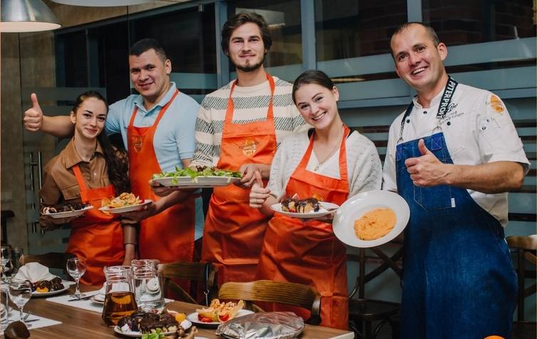 На кулинарных мастер-классах бывает очень весело – ну и очень вкусно по умолчанию. Фото https://www.instagram.com/culinary_school_1/