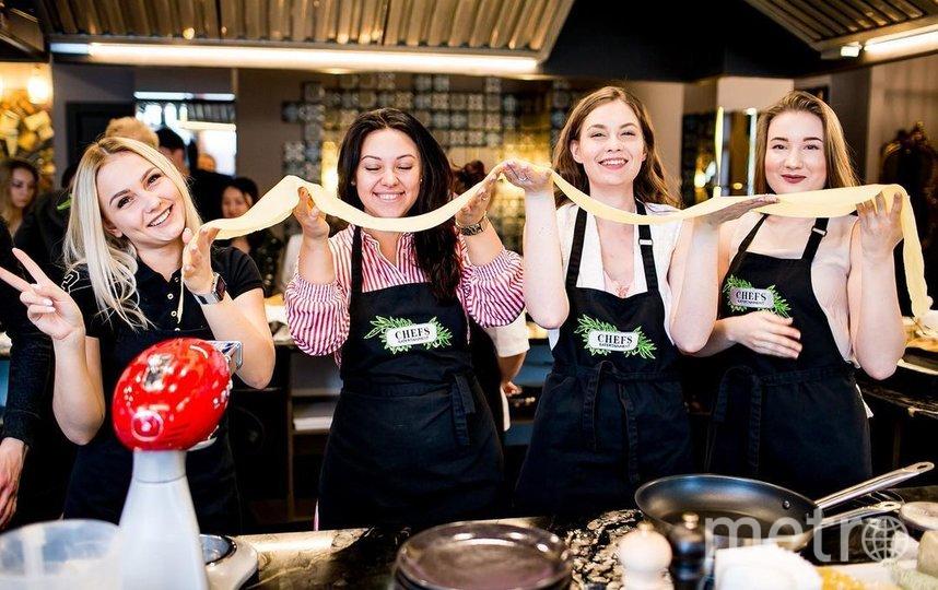 На кулинарных мастер-классах бывает очень весело – ну и очень вкусно по умолчанию. Фото https://www.instagram.com/chefseatertainment/