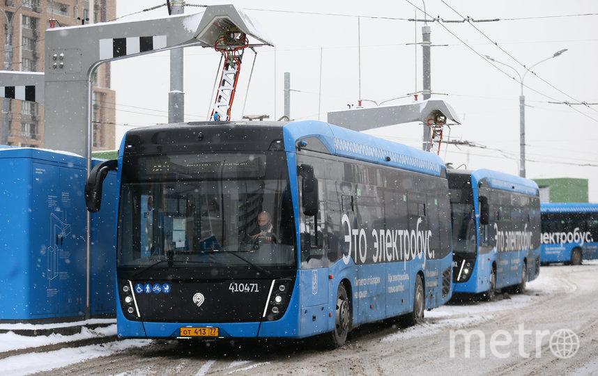 На конечной станции «Озёрная» шесть зарядок для электробусов. Фото Василий Кузьмичёнок