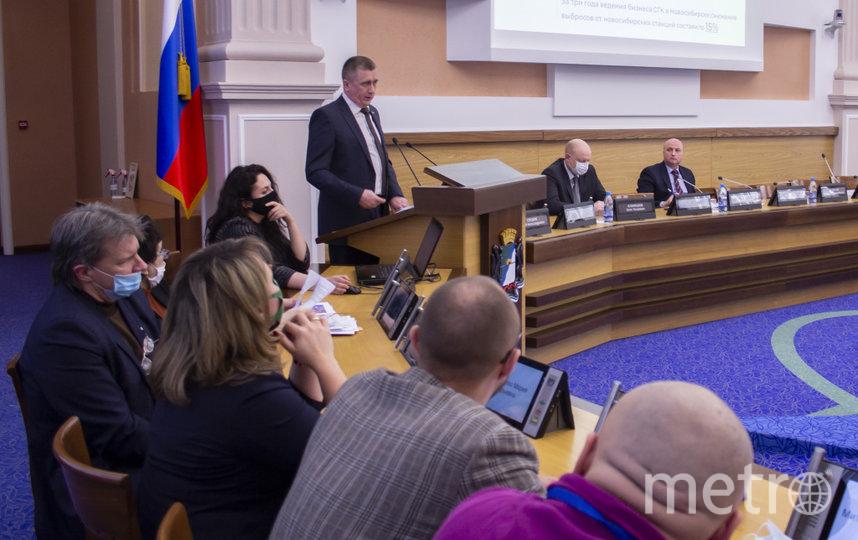 Андрей Колмаков (на фото — на трибуне) пригласил общественников и депутатов принять участие в замерах выбросов на ТЭЦ. Фото пресс-служба СГК