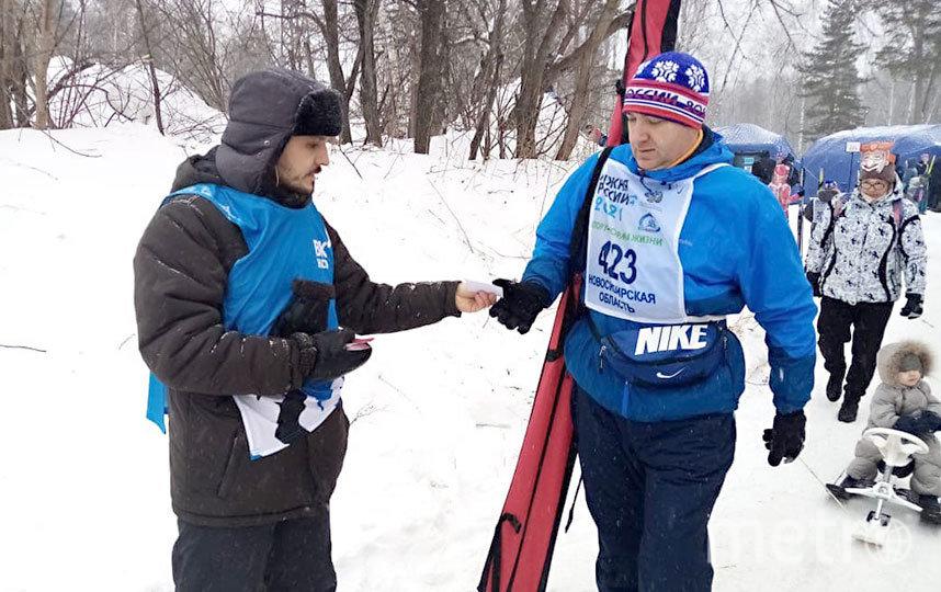 В честь Дня всех влюблённых лыжникам раздавали праздничные «валентинки». Фото WWW.NSO.RU