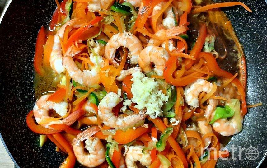 "Готовим фунчозу с овощами и креветками. Фото Зинаида Белова, ""Metro"""