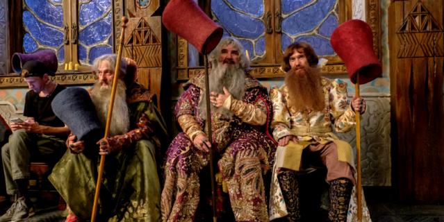 Каждый костюм художники украсили ручной вышивкой.