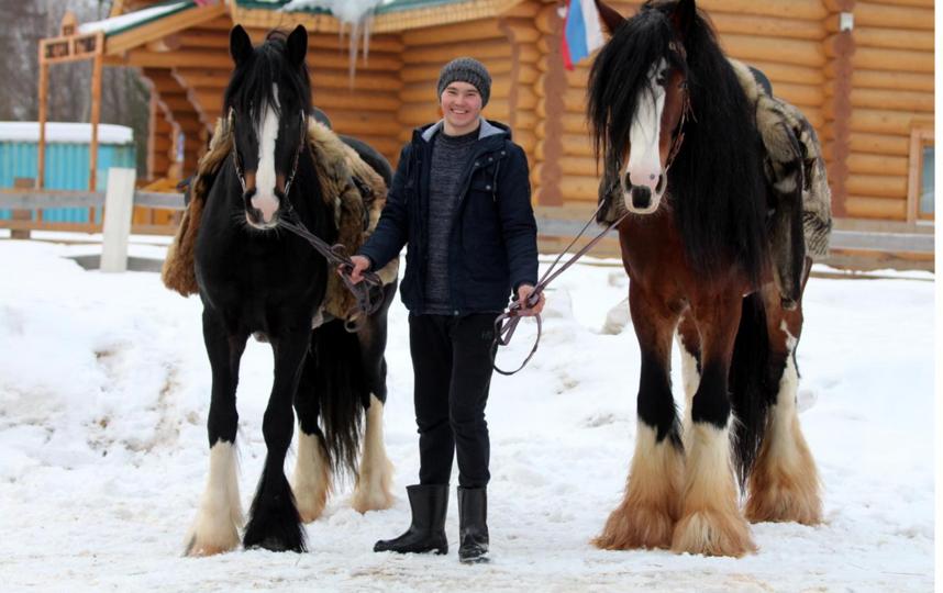 Мужчина может освоить азы управления лошадью. Фото vk.com@koniskazka