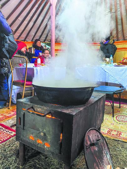 Так как праздник весь день проходит на свежем воздухе, гостеприимные тувинцы организовали тёплую юрту. Фото Павел Киреев