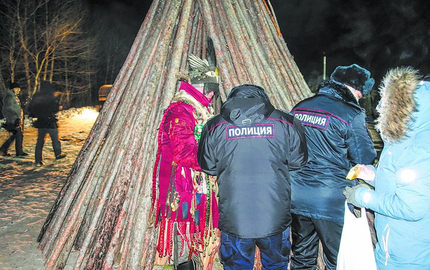 Полицейские, охраняющие мероприятие, тоже воспользовались случаем и попросили шамана провести над ними обряд. Фото Павел Киреев