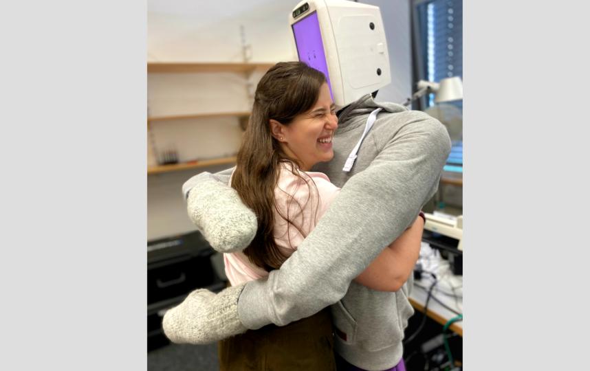 Судя по улыбке разработчика, робот действительно дарит позитивные эмоции. Фото предоставлено героем материала