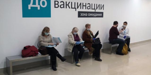 """Пункт вакцинации в ТК """"Невский центр""""."""