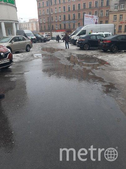 Оттепель привела к тому, что на улицах и дорогах появились глубокие лужи. Фото Metro