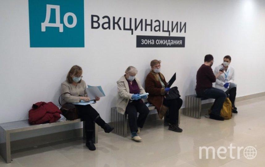 """Петербуржцы теперь могут сделать прививку от коронавирусной инфекции в торговых центрах. Фото Алена Бобрович., """"Metro"""""""