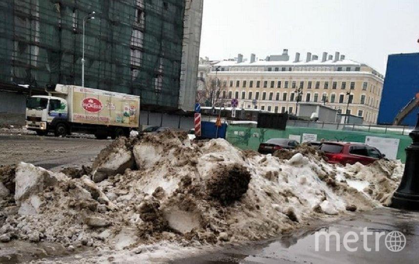 Неубранные горы снега лежат у обочин. Фото Тамара Ершакова-Альмари.