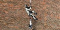 Новое граффити от Бэнкси? Кто изобразил беглого заключенного на кирпичной стене тюрьмы