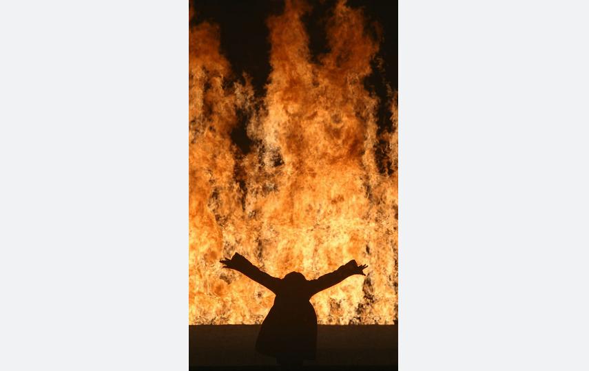 """""""Огненная женщина"""". Фото Кира Перов © студия Билла Виолы"""