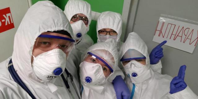 Сотрудники 6-го инфекционного отделения Городской Покровской больницы.