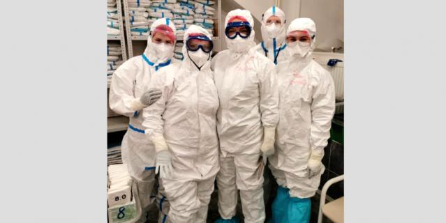 Марина Ерина (в центре) с коллегами в клинике.
