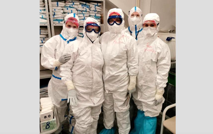 Марина Ерина (в центре) с коллегами в клинике. Фото пресс-служба больницы