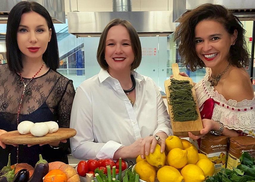 На кулинарном мастер-классе ещё и наливают. Фото www.instagram.com/kulinarniy_salon_nika_ermakova/