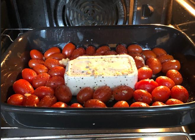 Выкладываем сыр и помидоры в блюдо и отправляем в духовку. Фото Metro.