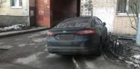 Водителя не стали штрафовать за парковку на тротуаре в петербургском дворе. Как это объяснили в ГИБДД