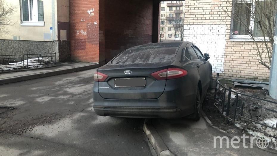 ГИБДД отказалась штрафовать автомобилиста за парковку на тротуаре. Фото vk.com/spb_today.