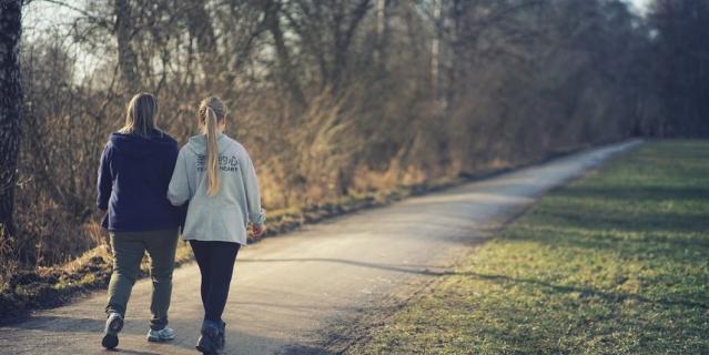 Прогулки на свежем воздуже помогают восстановиться после коронавирусной инфекции.