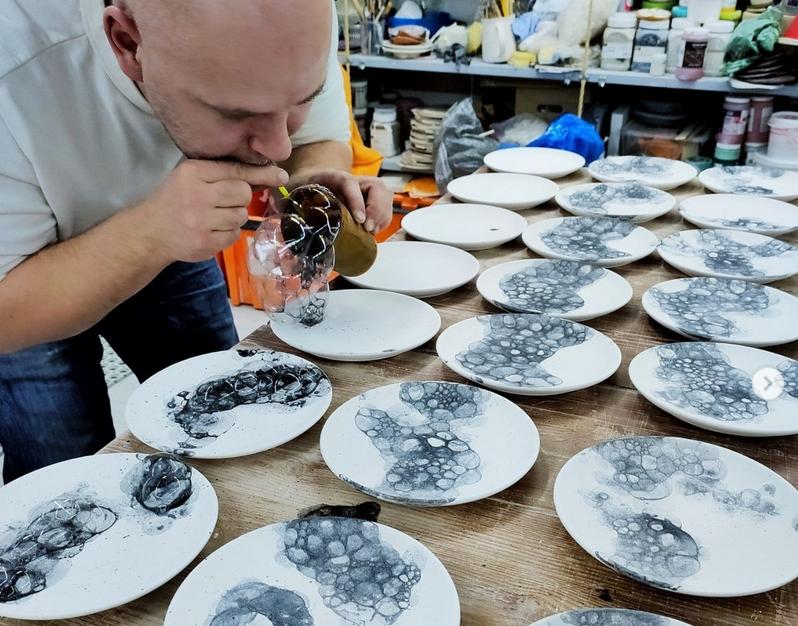 Процесс создания партии новых тарелок. Фото instagram.com@biskuitceramics