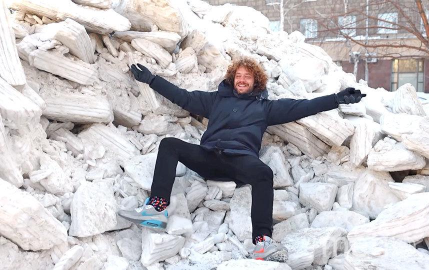 Илья уютно расположился на огромном сугробе в центре Новосибирска. Фото СКРИНШОТ YOUTUBE/VARLAMOV