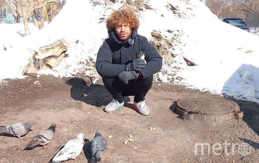 Илья наслаждается кофе на фоне канализационного люка и голубей. Фото СКРИНШОТ YOUTUBE/VARLAMOV
