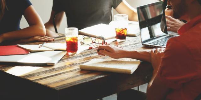 Не создавайте трудоголику проблем и ситуаций, от которых ему захочется скрыться в привычной рабочей среде.