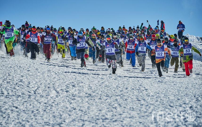 Участники сначала бежали стометровку, а потом ехали с горы 3480 метров на лыжах или сноуборде. Фото redbullcontentpool