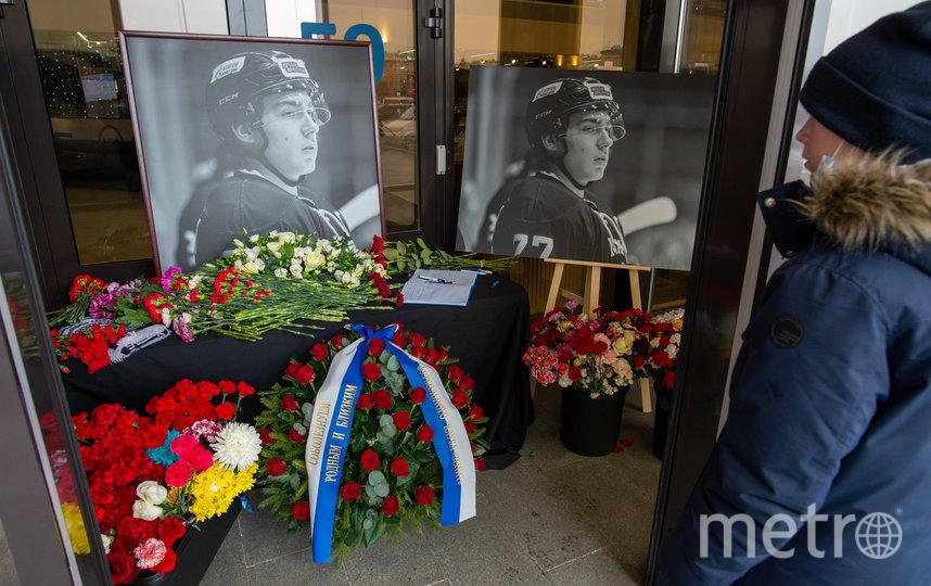 """Горожане кладут цветы около снимка и оставляют записи в книге. Фото Святослав Акимов., """"Metro"""""""