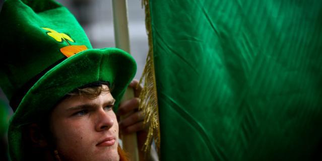 В это день во многих странах мира устраивают костюмированные парады.