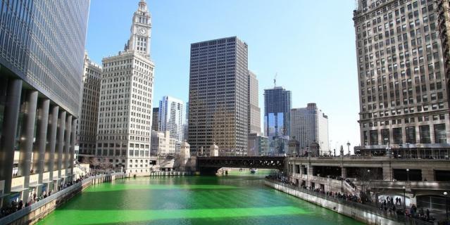 Река в Чикаго традиционно окрашивается в зелёный  цвет.