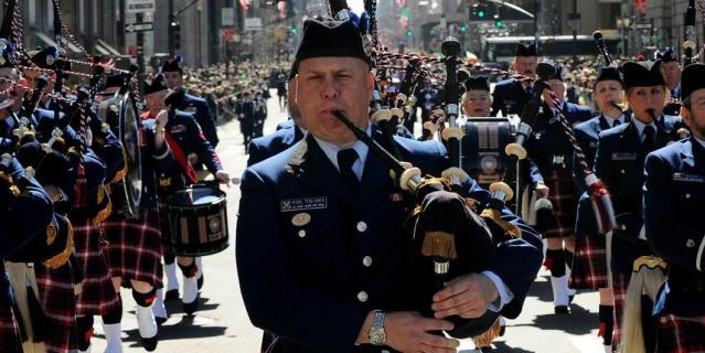 Оркестр волынщиков в Нью-Йорке.