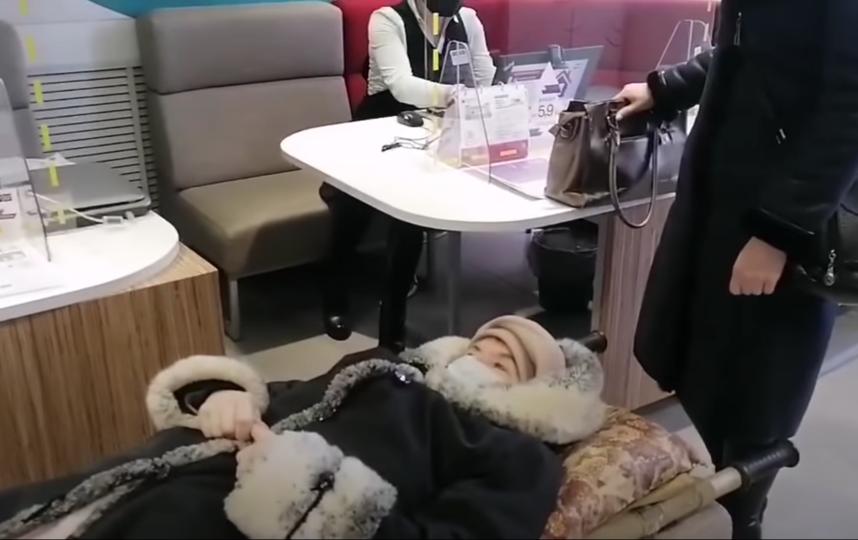 Пенсионерка все-таки добралась до банка. Фото Скриншот Youtube: https://www.youtube.com/watch?v=b05b57HKAlY